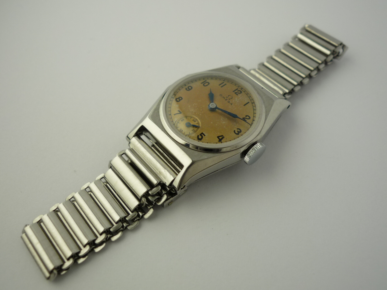 Vintage Omega Art Deco Design wristwatch (1939)